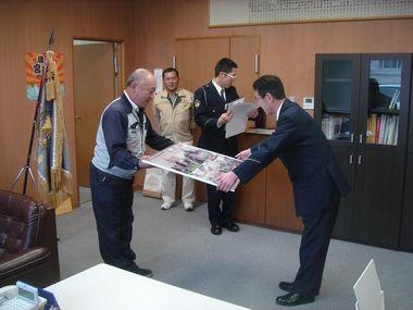 �B高柳副会長からこども110番パネル贈呈.JPG